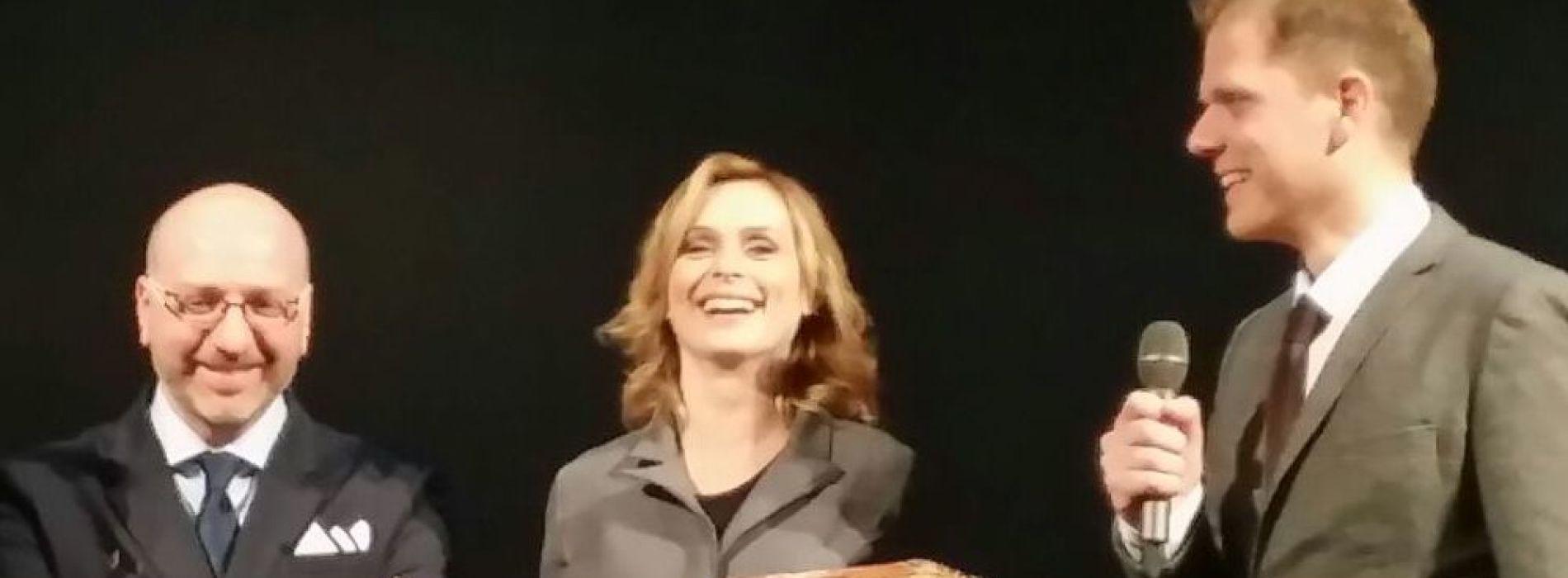 Al Salotto a Teatro una solare Serena Autieri riceve il Premio Pulcinellamente