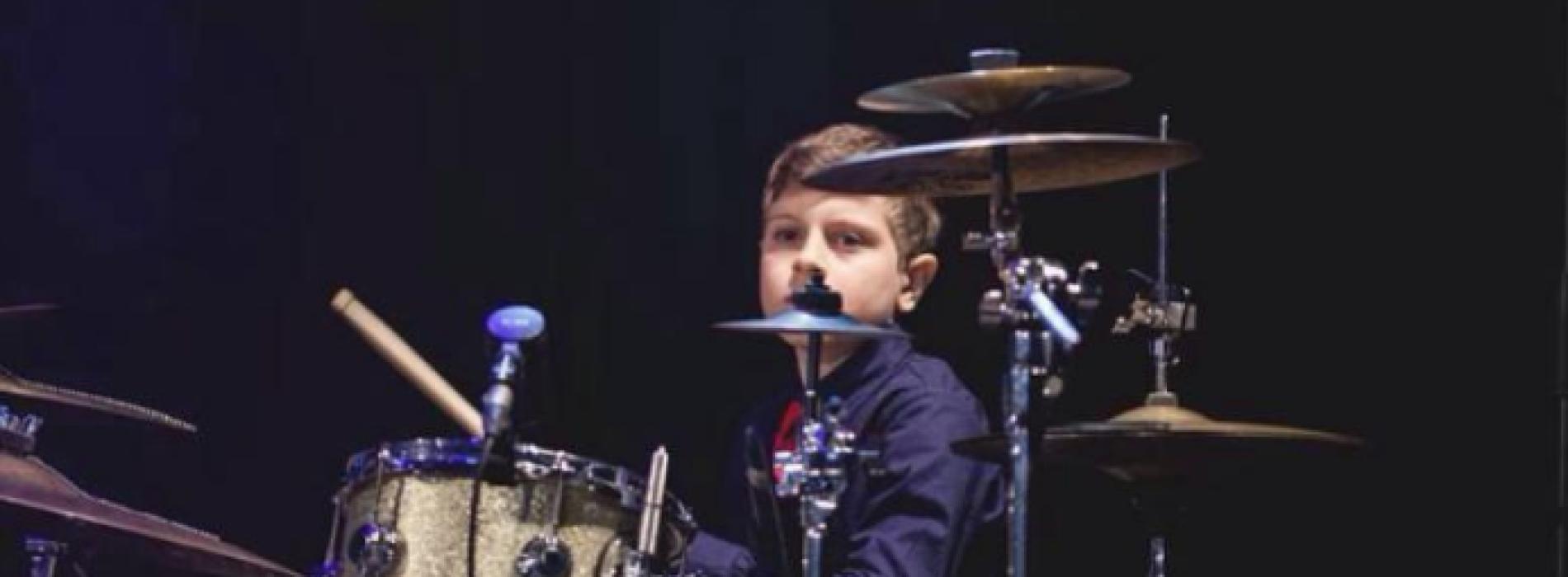 Il piccolo Andrea Farina batterista fenomeno al Teatro Plauto