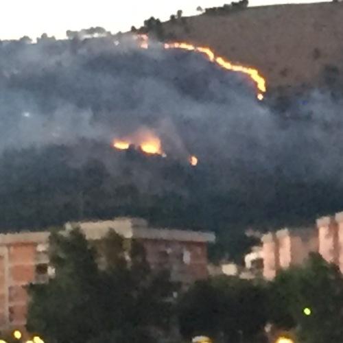 Spaventoso incendio sulla collina di Casertavecchia