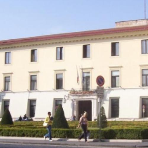 4 Novembre, un drappo tricolore fascia Palazzo Acquaviva