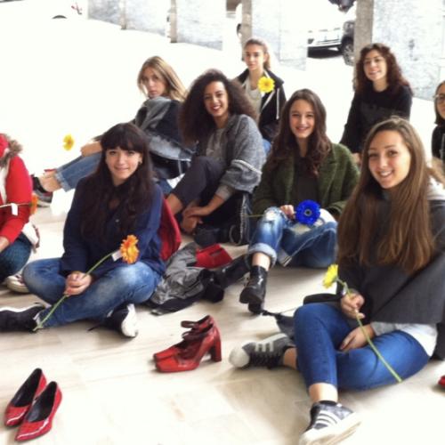 Stop alla violenza sulle donne! Scarpe rosse al Comune