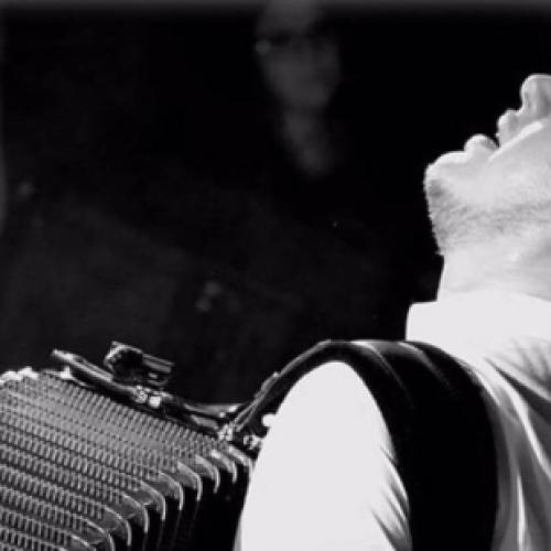 La fisarmonica suona a Caserta. Sul palco c'è Pietro Adragna