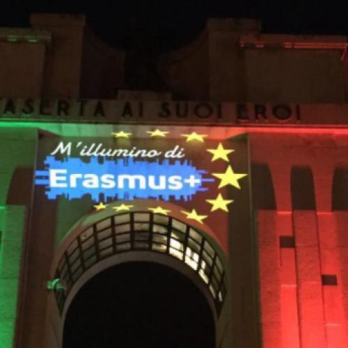 Caserta, sul Monumento brilla il logo dell'Erasmus