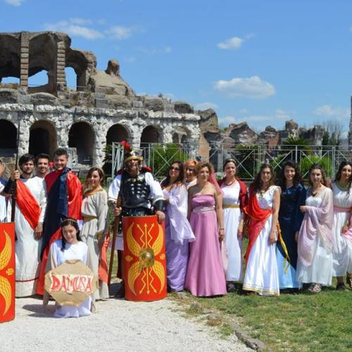 L'Università fa un flash mob, in abiti d'epoca nell'antica Capua