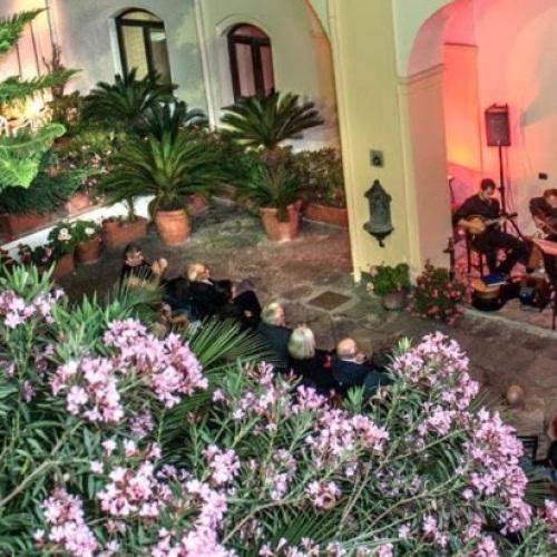 A Palazzo Cascella con la canzone umoristica napoletana