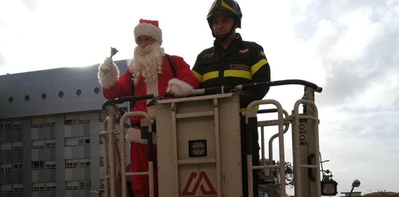 Babbo Natale in corsia. Doni e sorrisi per i piccoli degenti