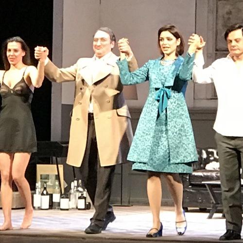 Caserta, il Servo fa spettacolo sul palco con Renzi e Laudadio