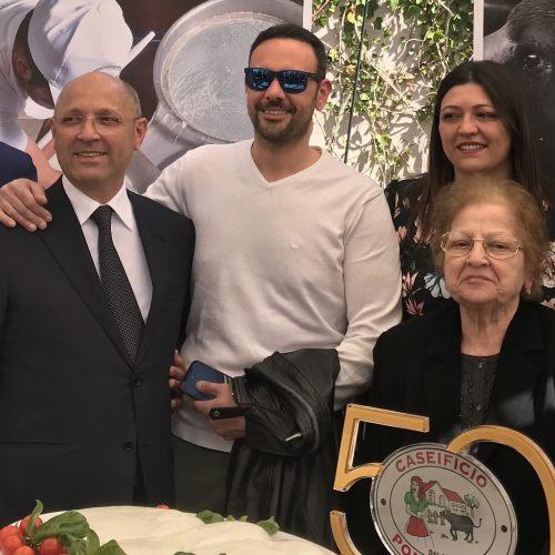 Nozze d'oro con la mozzarella, festa per la famiglia Ponticorvo