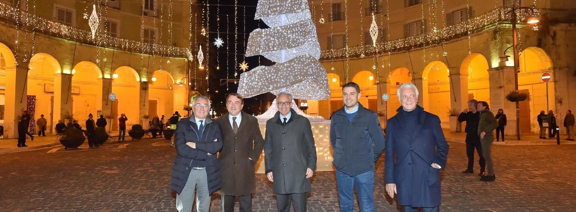 Natale a Caserta, si accendono le mille luci dell'albero