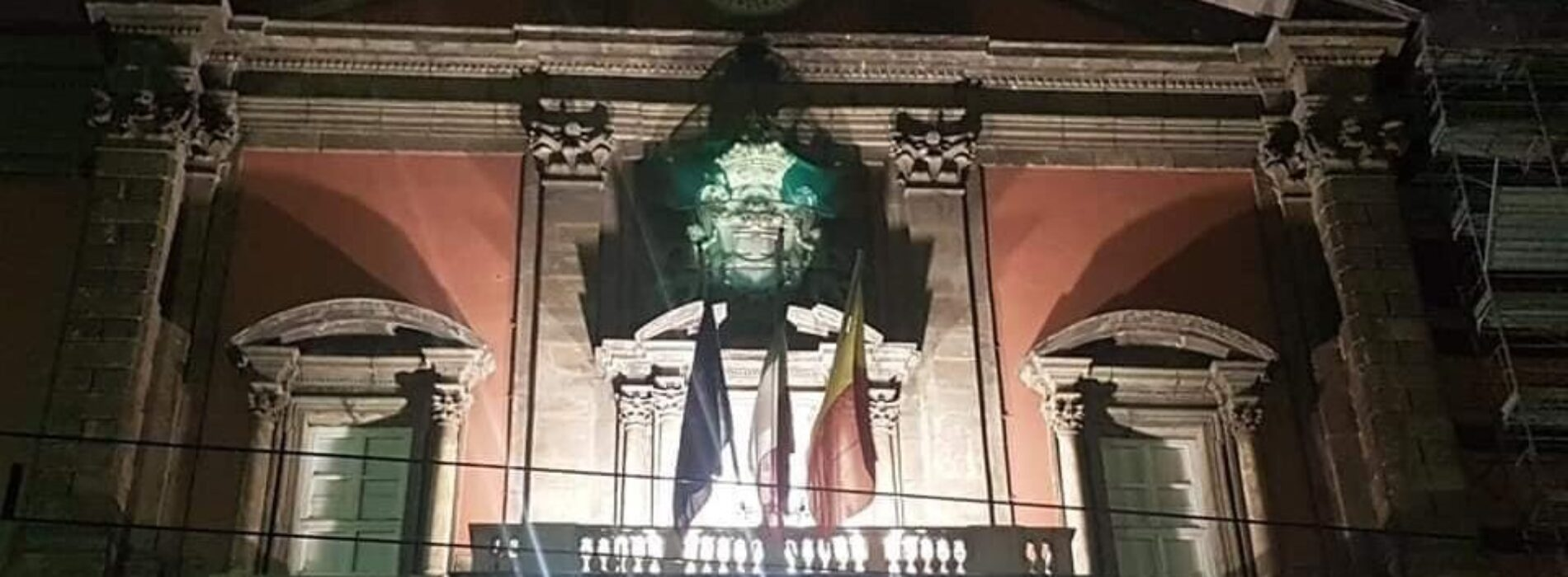 Napoli. Mann, la facciata si illumina per le festività natalizie