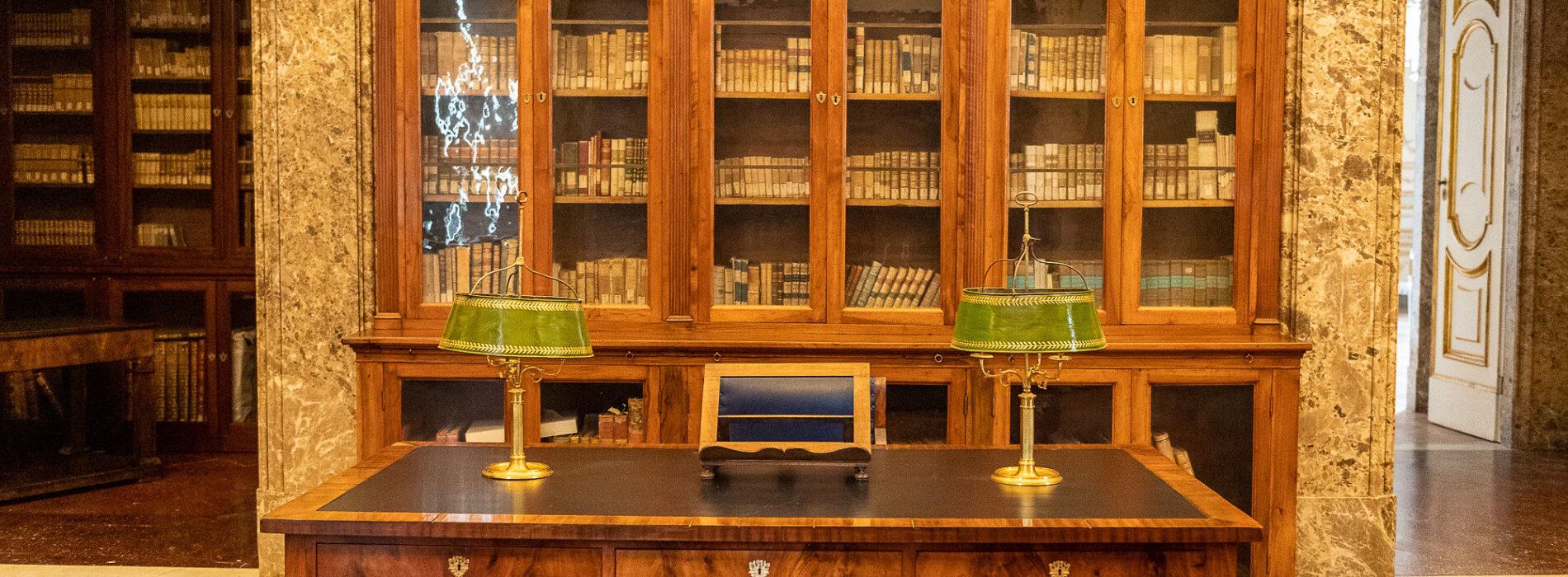 La biblioteca svelata, focus della Reggia sui libri della Regina