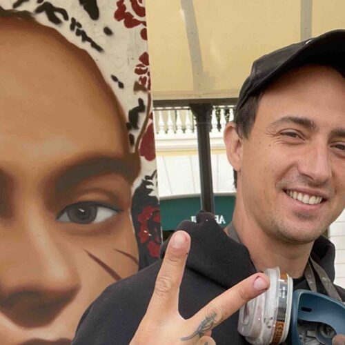 Jorit dipinge la sua Frida, una fiera eroina all'outlet La Reggia