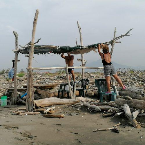 Uomini e mare, le pagliarelle dei Variconi con legni spiaggiati