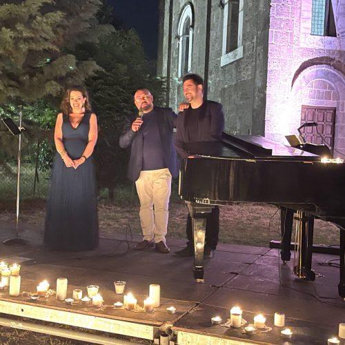 Un concerto romantico, le candele illuminano Casertavecchia