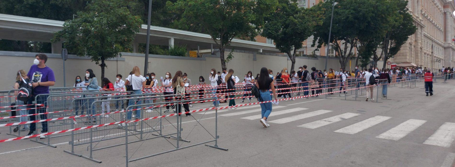 Futuri medici al via, tutti in fila davanti alla Reggia per i test